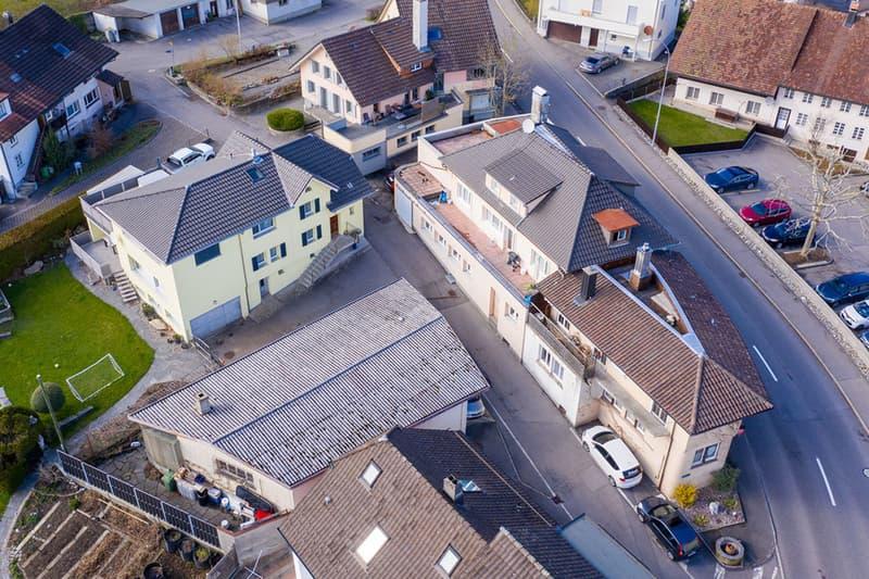 Jetzt investieren - drei bebaute Parzellen in Arbeits- und Wohnzone!