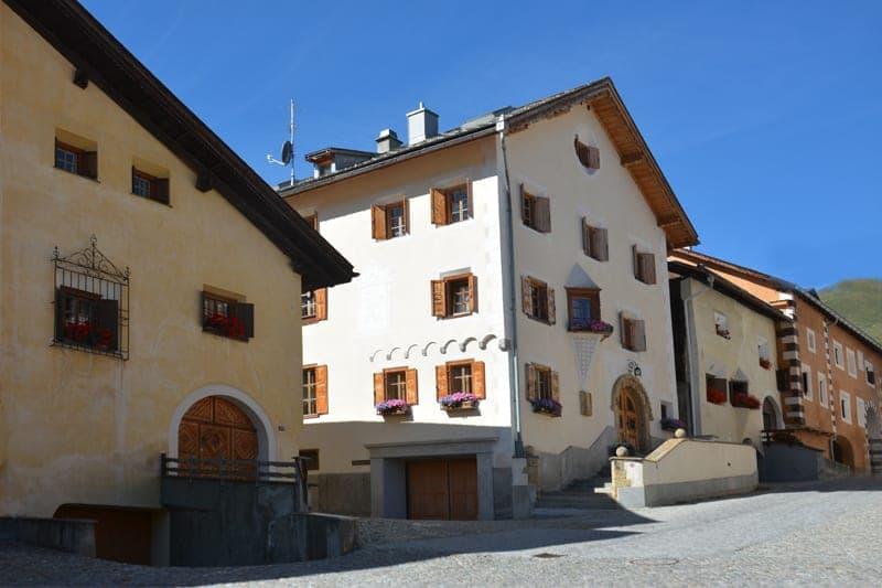 Traditionelles Engadinerhaus im Herzen von Zuoz (1)