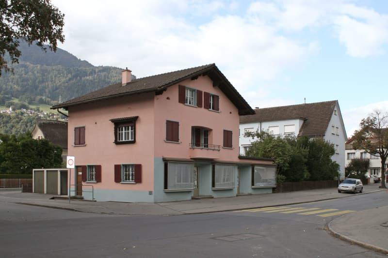 Bestehendes Mehrfamilienhaus von der Plantahof-/ Schulstrasse