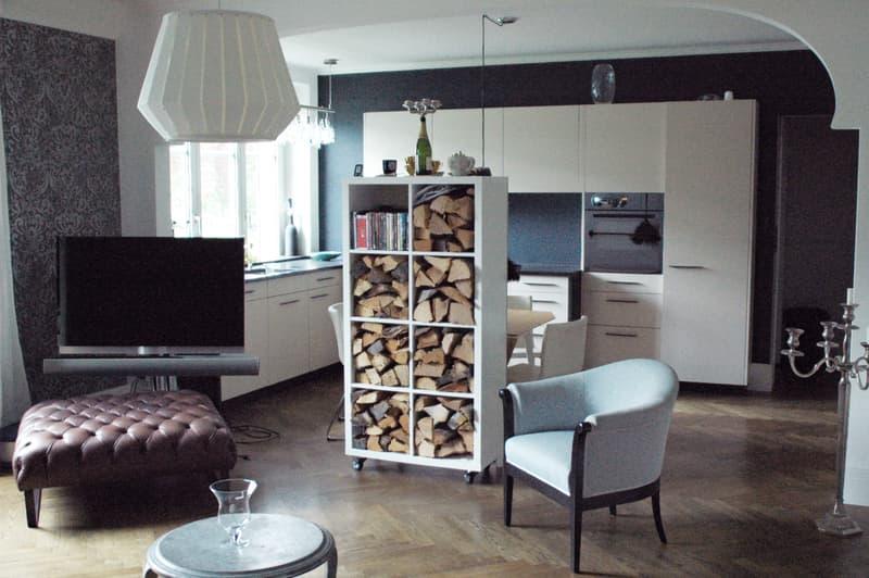 Wohnzimmer mit Kamin und Bang and Olufsen Einbau-Soundanlage