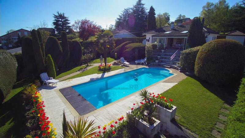 Jolie villa avec magnifique jardin et vue lac