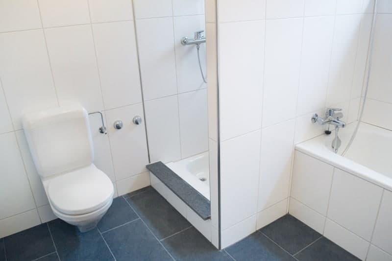 Badezimmer mit Dusche und Badewanne sowie Fenster. Neu im März 2016