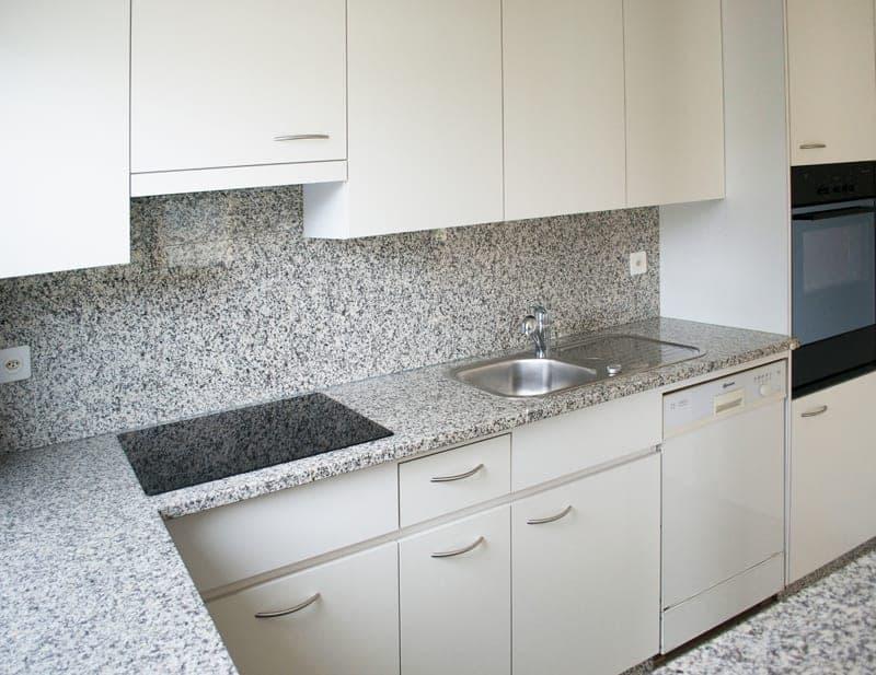 Küche mit Granitabdeckung, Backofen, grossem Kühlschrank, sep. Tiefkühler und GWM.