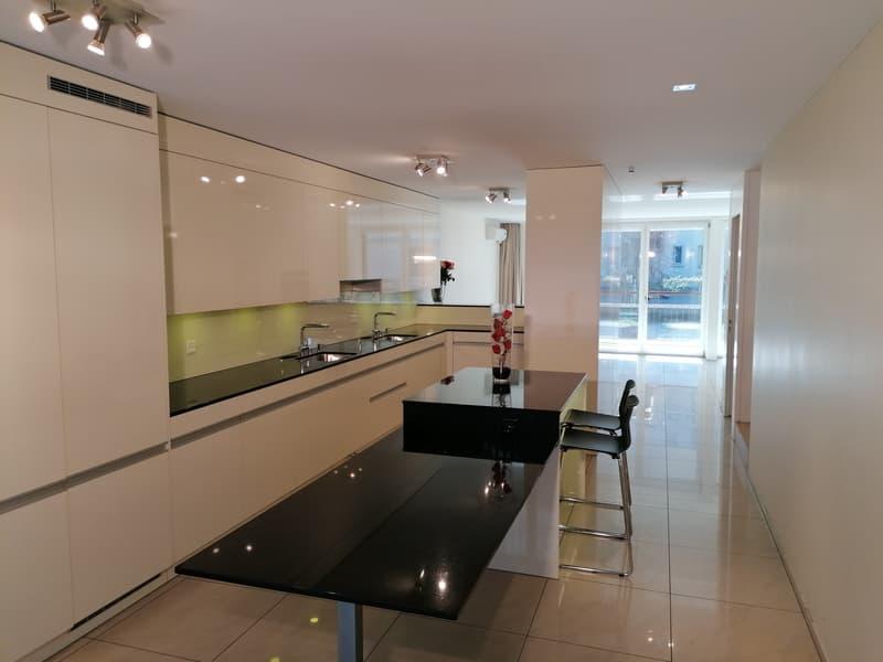 EG - Moderne Küche mit viel Ablageflächen und Arbeitsflächen und ein Keramik Küchentisch