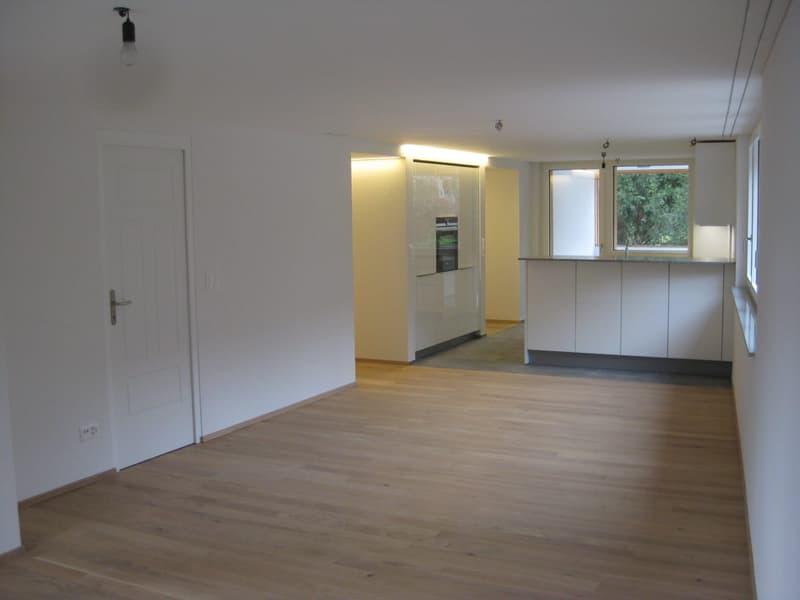 Blick vom Wohn-Ess-Bereich zu Küche und Veranda.