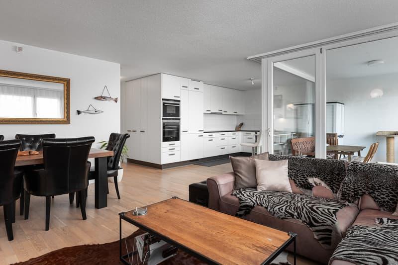 Cuisine ouverte sur l'espace salle à manger, salon et loggia