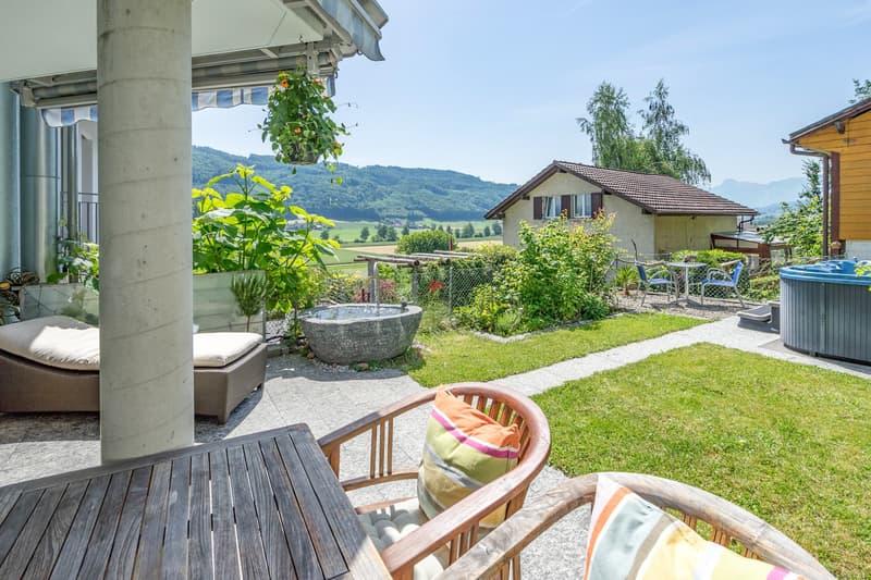 Terrasse mit idyllischer Gartenanlage