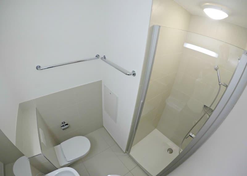 Separate Dusche mit Toilette