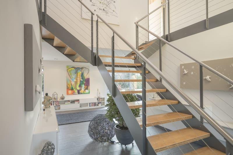 Der Eingangsbereich mit der stilvoller Treppe ins Obergeschoss