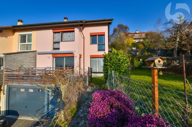 Villa mitoyenne, vue sur le Jura, à 3min du LEB et 5min des écoles!
