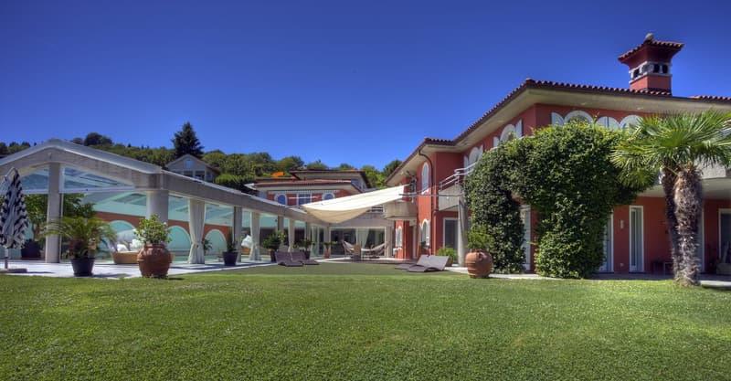 Villa mediterranea con ampi spazi ricreativi