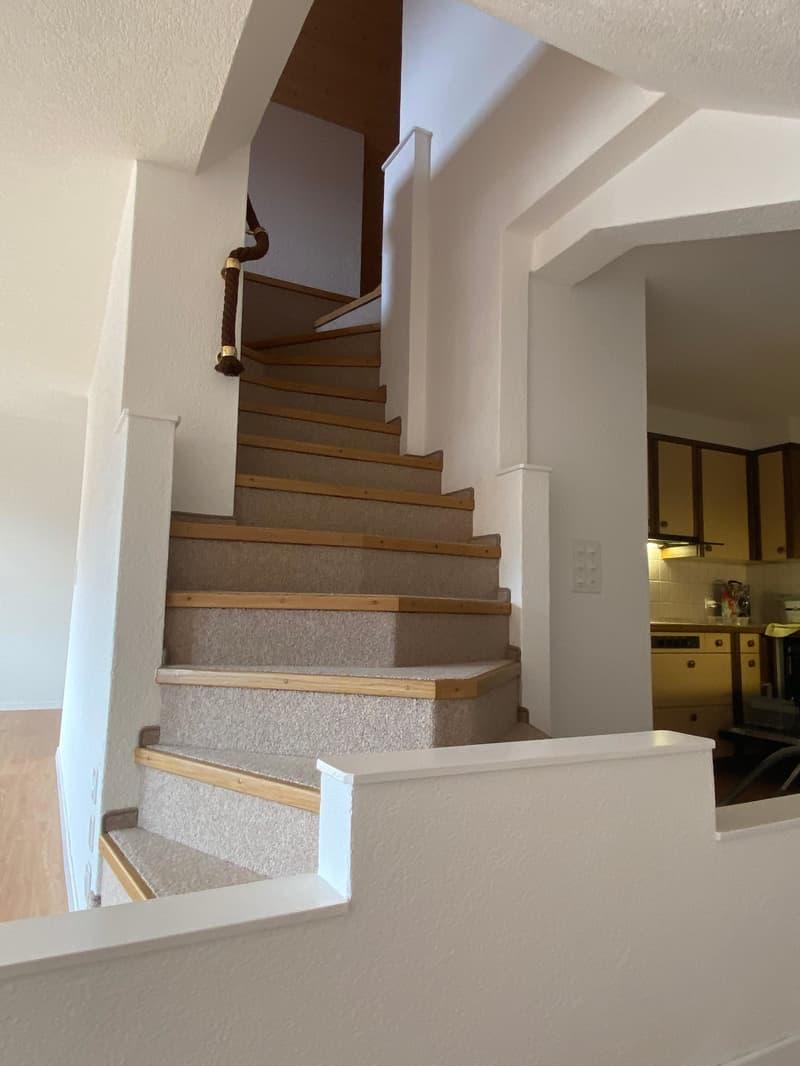 Originelle Treppe zum Schlafstock. Links liegt das Wohnzimmer, rechts dich Küche.