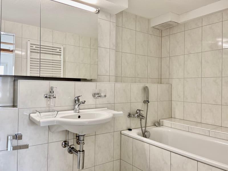Tolles Bad mit Badewanne und separater Dusche