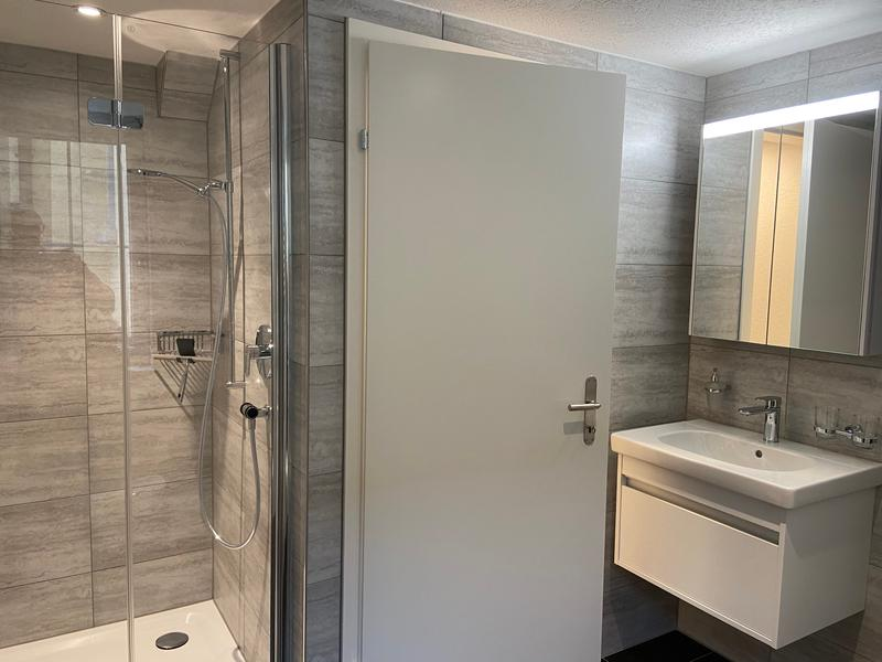 Modernes Bad mit grosser Dusche