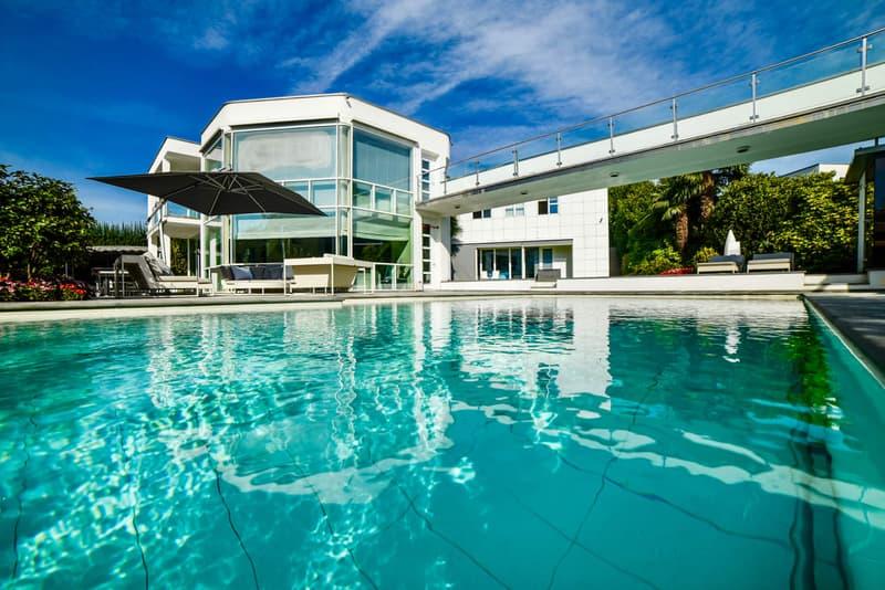 Moderna Villa di Lusso Immersa nel Verde con Splendida Piscina