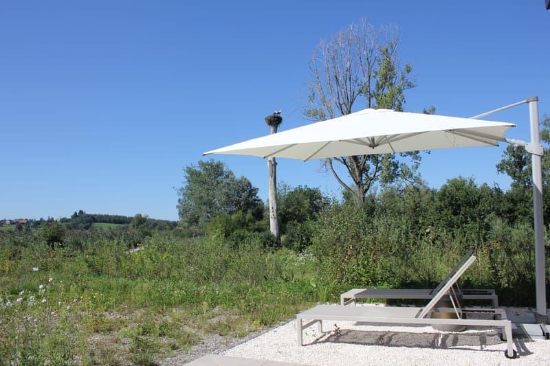 Leben direkt in der Natur: Die Maisonette Wohnung mit grossem Gartenanteil schliesst nahtlos an die Naturschutzzone an.