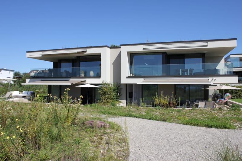Die moderne und edle Architektur von SimmenGroup integriert sich harmonisch in die wunderbare Seeliegenschaft.