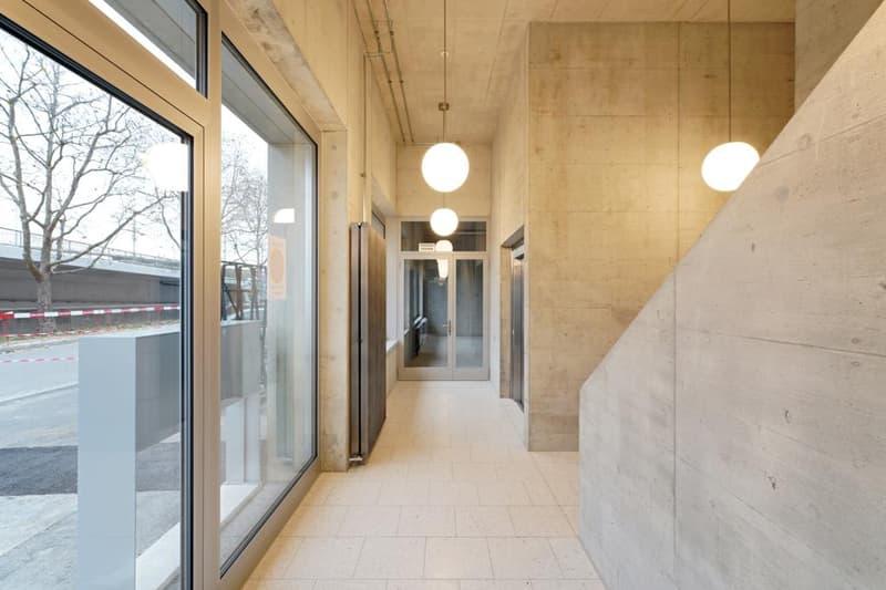 Eingang mit Lift und Treppe