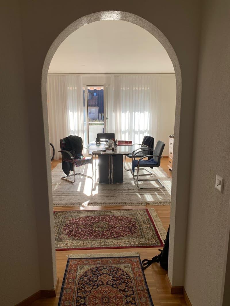 Sehr gepflegte 3.5 Zimmer Eigentumswohnung mit Balkon und Garagenplatz in attraktiver Umgebung (3)