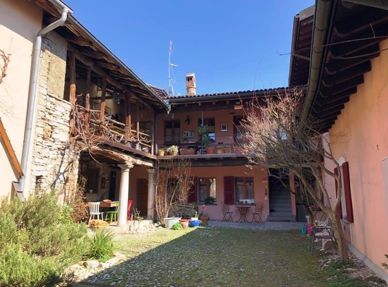 Romantica e tipica grande casa ticinese con corte e bei loggiati