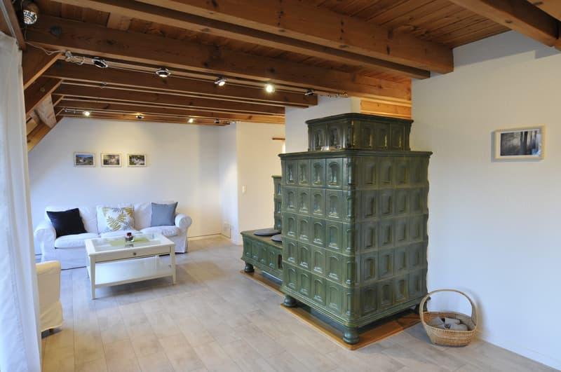 Wohnzimmer mit Kacheloffen im ersten Stock