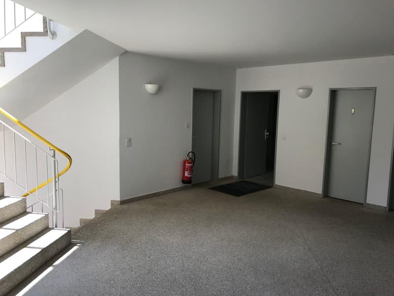 Treppenhaus mit Lift und WC-Anlagen