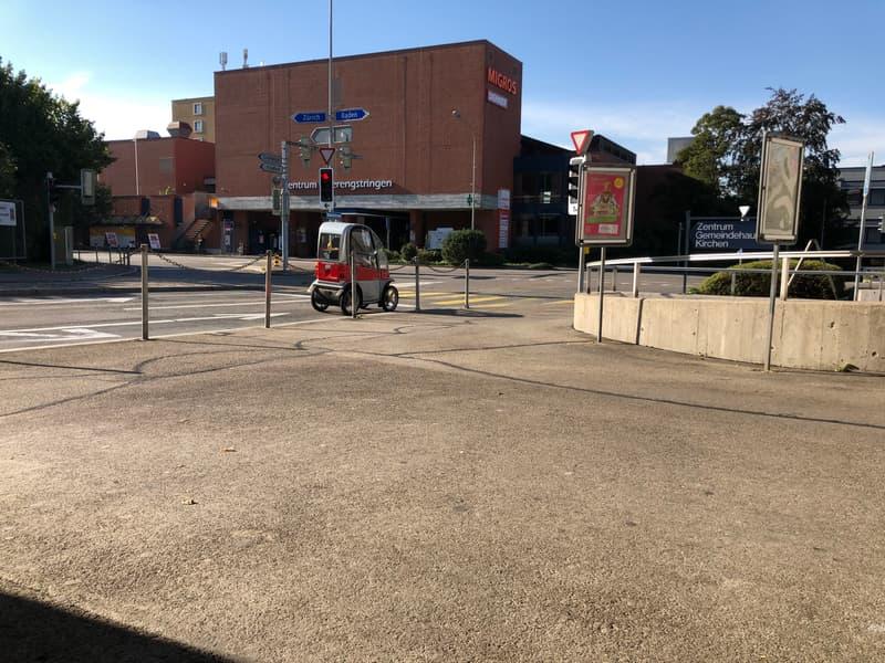 Restaurant und Einkaufsmöglichkeiten mit ÖV Haltestelle