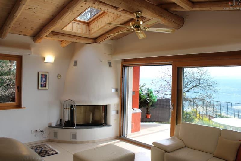 Wohnzimmer mit Cheminée und Zugang Terrasse / Living room with fireplace and terrace access / Soggiorno con camino e accesso alla terrazza