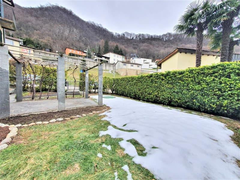 Grande giardino con patio