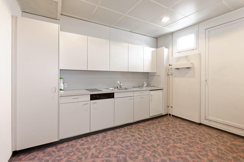 Küche mit kleinem Kührschrank und Geschirrspüler