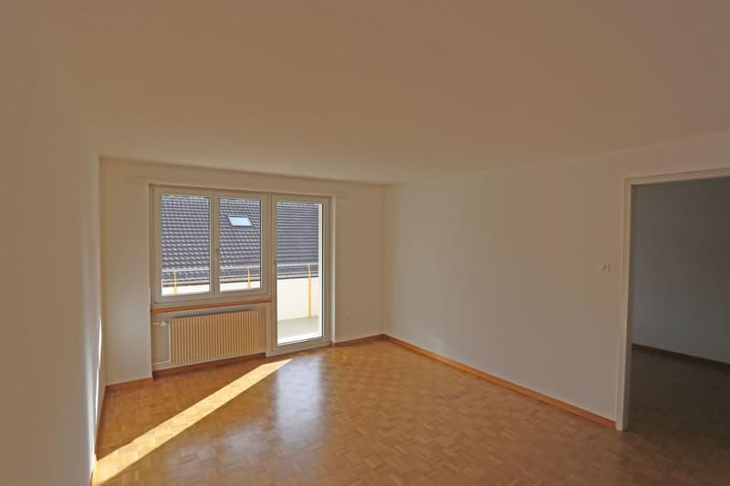 Grosszügiges Wohnzimmer mit Zugang zum Balkon