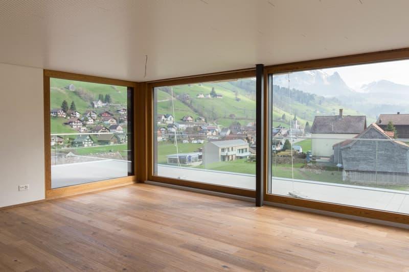 Musterbild - Wohnzimmer mit Zugang zur grossen Terrasse mit herrlichem Ausblick