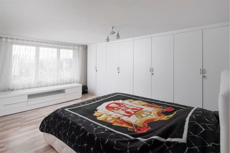 Zimmer mit Einbauschrank im Obergeschoss
