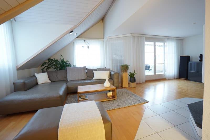 Wohnbereich mit Balkonzugang und viel Lichteinfall