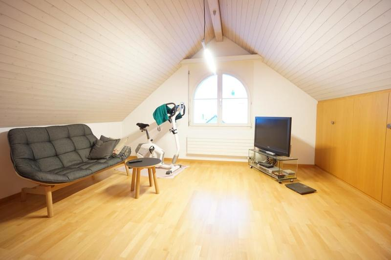 Auf der linken Seite begeistert das herrliche Dachzimmer mit Einbauschränken - absolutes Highlight im neuen Zuhause