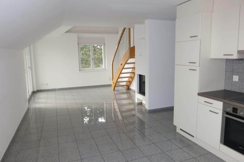 Heller Wohn- und Essbereich mit offener Küche
