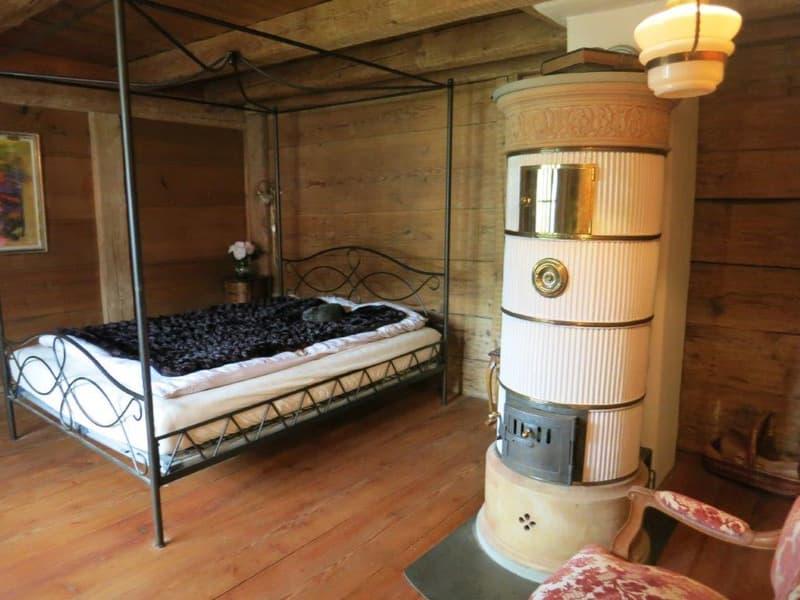 Schlafzimmer mit Zylinderofen