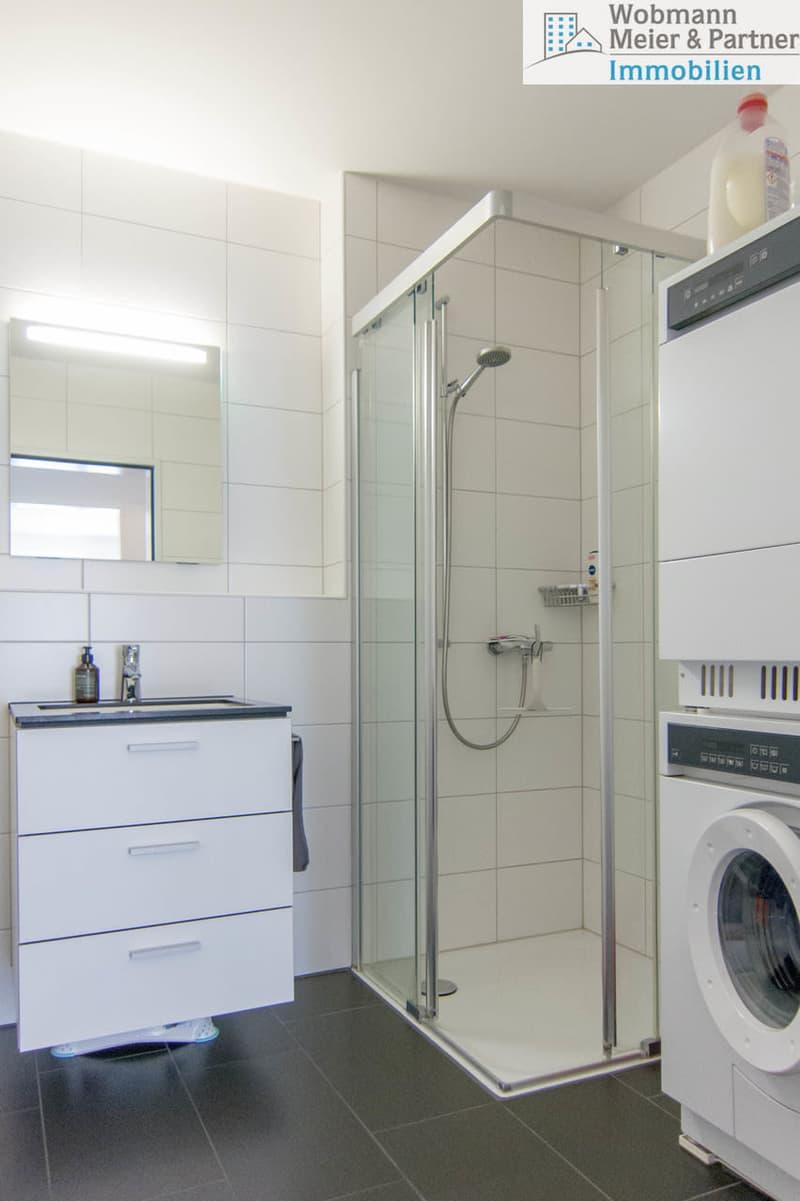 Badezimmer mit Dusche und Waschturm