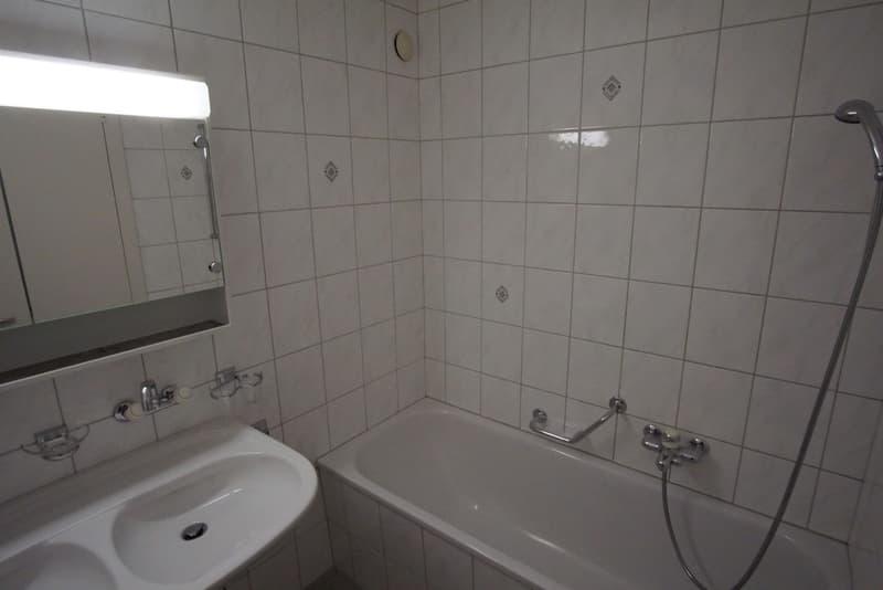 Schöne Nassräume mit Doppellavabo und separatem WC.