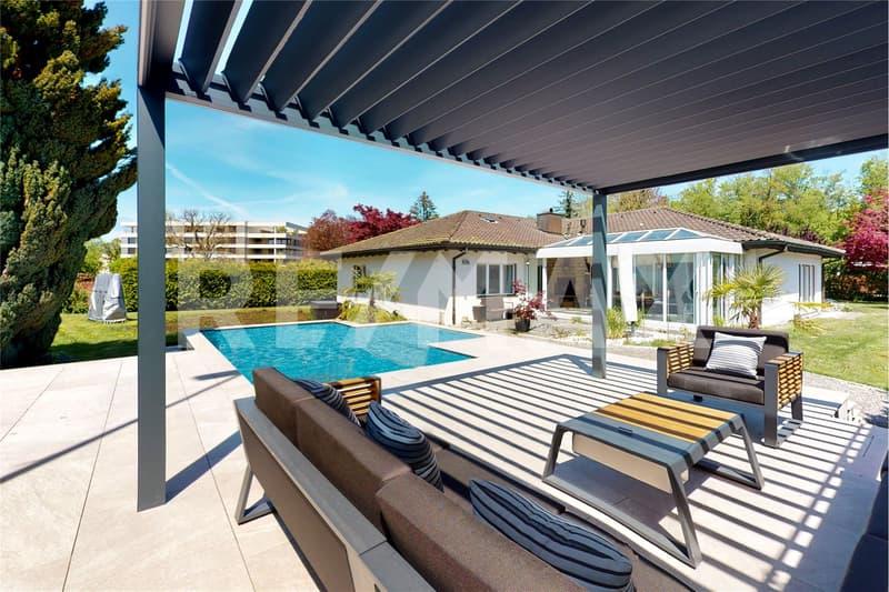 Pergola-Terrasse mit Blick auf den Palmen-/Steingarten und zum Landhaus