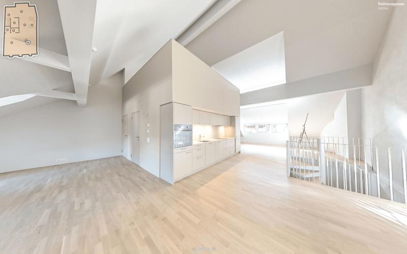 Wohnbereich mit Blick zu Wendeltreppe und Küche