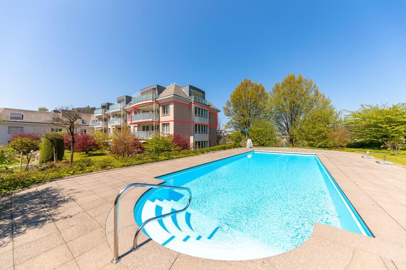 Situation der Wohnung (rot) und Aussenanlage mit Swimmingpool