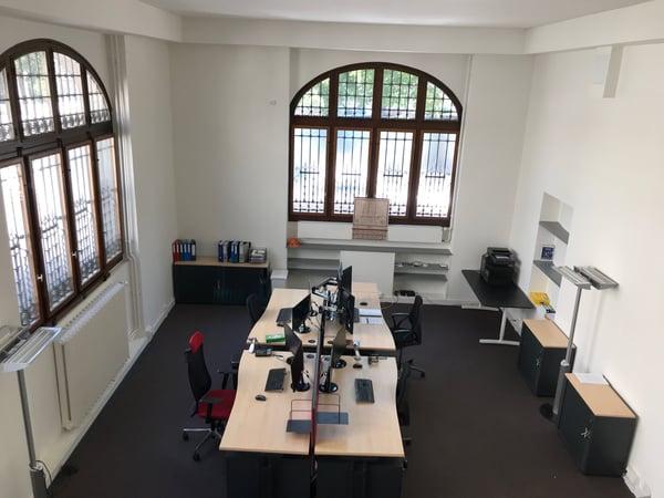 Beau bureau centré avec mezzanine et haut plafond genève büro