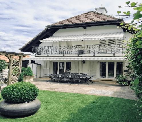 Frontansicht Seite Sitzplatz/Garten