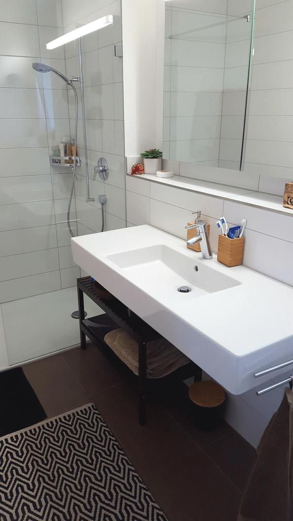 Badezimmer und Dusche