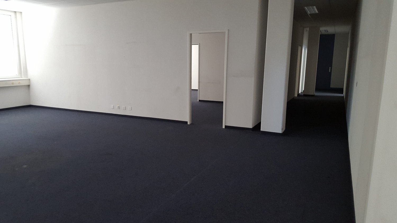 Surface bureau et dépôt avec accès direct au monte charge
