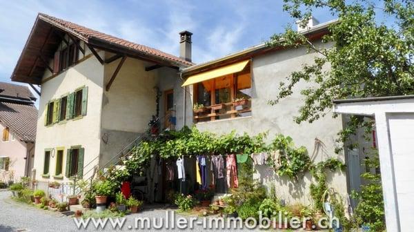 Spacieuse maison villageoise avec deux logements à Bex